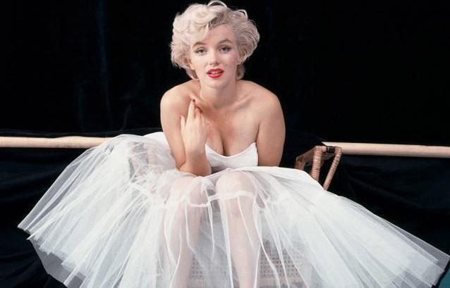 Marilyn Monroe her ne kadar sonradan aldığı bir isim olsa da beyazperdenin efsane sarışın yıldızı Norma Jeane Mortenson olarak dünyaya geldi. Ama ünlü olmadan önce soyadını Baker olarak değiştirdi. Yani annesinin soyadını aldı. Ama beyazperdede sonradan aldığı Marilyn Monroe adıyla şöhret oldu.