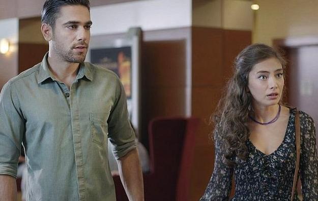 Bu güzel gençler Fatih Harbiye dizisinin setinde tanıştılar.  Rol arkadaşlığı kısa sürede aşka dönüşecekti elbette!