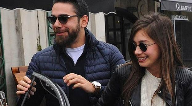 İki yıl boyunca süren bu ilişkide çift birbirlerine olan aşklarını dışarıda çekinmeden yaşadılar.  İkili her yere beraber gidiyor ve kameralardan kaçmak yerine poz veriyorlardı.
