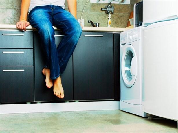 İşaret 5: Çamaşır makinesini kullanıyor  Kadınlar ve erkekler arasındaki farklardan biri de çamaşır makinesi kullanmanın inceliklerini bilmektir. Şöyle ki: kadınların çoğu renklilerle beyazların bir arada yıkanmayacağını veya bazı çamaşırların yıkanmadan önce bir süre suda bekletilmesi gerektiğini bilir.  Erkeklerin çamaşır makinesiyle ilişkisi ise genellikle giyecek hiçbir şeyleri kalmadığında başlar, işin kolayına kaçarak tüm kirli çamaşırlarını makineye aynı anda atar ve çoğunlukla 90 derecelik programı seçerler.  Hem de pahalı kazaklarıyla pastel renkli pantolonlarını bir araya getirmekten hiç çekinmeden.Erkek arkadaşınızın rutin ev işleri konusunda gönüllü olması elbette evinizi sahiplendiğini ve birlikte yaşamayı düşünebileceğinizi gösteriyor. Ancak, pahalı iç çamaşırlarınızı makineye atmaması konusunda onu uyarmayı sakın ihmal etmeyin!