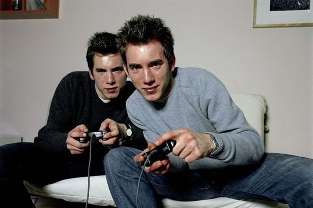 İşaret 4: PlayStation konsolunu evinize getiriyor  Çoğu erkeğin favori ev faaliyeti televizyon izlemektir. Listenin ikinci sırasında ise PlayStation ve benzeri oyunlar oynamak bulunuyor.  Sizinle birlikteyken oyun arkadaşlarını ihmal etmek istemiyorsa PlayStation konsolunu da mutlaka evinize getirecektir. Eğer televizyonunuzun yanında erkek arkadaşınım teknolojik oyuncaklarını görürseniz, size birlikte yasamanın en ciddi sinyallerinden birini verdiğini rahatlıkla düşünebilirsiniz.