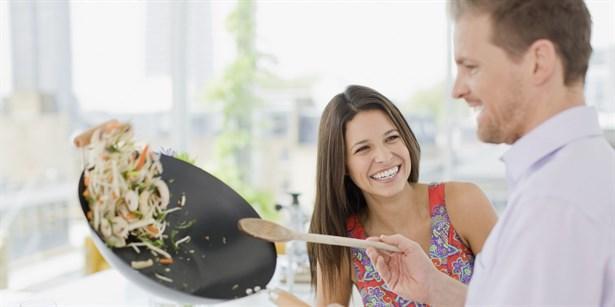 İşaret 6: Yemek yapmaya başladı  İlişkilerdeki temel kural, yemeği ev sahibinin yağacağı yönündedir, çünkü ev sahibi hangi malzemenin mutfağın neresinde olduğunu bilir.  Ayrıca çay yapmak, temiz havlu sunmak ve hatta birlikte dinlenecek müziği seçmek bile onun sorumluluğudur. Eğer sevgiliniz mutfağa giriyor ve iyice konsantre olup beline önlük takarak yemek yapmaya koyuluyorsa iş ciddiye biniyor demektir. Hatta ailesine sizinle evlenmek istediğini söylemiş bile olabilir.