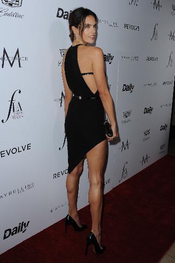 Alesandra Ambrosio da asimetrik elbisesiyle dikkat çekti.