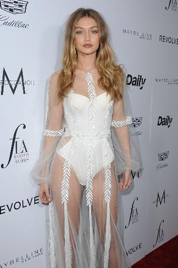 Bu yıl Victoria's Secret moda şovuna seçilerek kariyerinde yeni bir döneme giren Hadid, giydiği beyaz kıyafetle bütün bakışları üzerinde topladı. Genç model geceye katılan büyüt diğer konukları gölgede bıraktı.