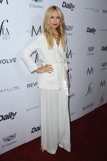 Rachel Zoe de beyaz bir kıyafet tercih etti.