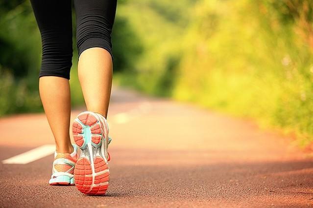"""Sürekli atıştırmayın ve uyumadan 4 saat önce ana 2 saat önce ara öğün tüketmeyin!  Başlangıçta yürüyüş gibi hafif aktivitelerle başlayın. Vücudunuz biraz iyileştikten sonra seviyenizi arttırabilirsiniz.  Toksinlerden kurtulmalısınız, toksinler vücudunuza stres yaratırlar. İşlenmiş gıda, ticari deodorant ve sabunlardan kurtulmanız etkisini uzun süre hissettirecek ve çok faydalı olacaktır.   Daha az enflamasyona sahip olmak ve leptin seviyenizi sağlıklı düzeyde tutmak için daha fazla Omega-3 (balık, mera hayvanlarının eti, chia tohumu) yiyin (veya alın), ve daha az Omega-6 tüketin (sebze yağları, geleneksel etler (fabrika ortamında üretilen gibi), tahıl vb).  <a href=  http://foto.mahmure.com/diyet-fitness/yag-yakimini-hizlandiran-10-besin_39929 style=""""color:red; font:bold 11pt arial; text-decoration:none;""""  target=""""_blank""""> Yağ Yakımını Hızlandıran 10 Besin"""