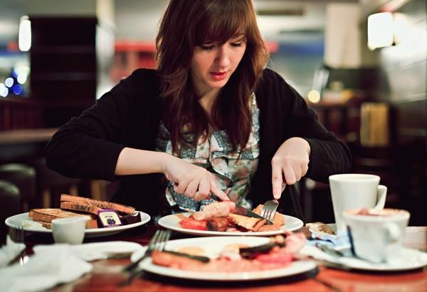 Vücut, Leptin direnişini açlık olarak algılar ve fazla olan yağ depolarını yakmaya çalışmak yerine birden çok mekanizma bir araya gelerek vücutta yağ depolarını artırmak için çalışır. Leptin direnci aynı zamanda metabolizmayı düzenleyen T3 tiroid hormonunun oluşumunu olumsuz yönde etkiler . Bu durumda insanlar aşırı yemek yerken bile vücut açlık çektiğini düşünerek kişiye daha çok yemek yemesini söyler. Bu döngü aşırı kilo almak şeklinde kendini gösterir!