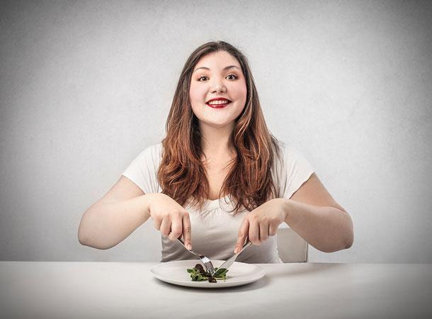 Kısır Döngü  Leptin yağ hücreleri tarafından üretilen tokluk hormonu olduğu için yağ hücreleri ne kadar Leptin hormonu salgılarsa vücudun daha az gıda tüketeceği ve daha az kilo alacağınız mantıklı görünür. Bu  düşünce teoride mantıklı gibi görünse de her zaman sistem bu şekilde işlemez. Özellikle metabolizmanız veya endokrin sisteminiz (genellikle aşırı kilolu kişilerde görülür) zarar gördüyse...  Kent Holdorf'un makalesine göre(Huffpost 17-11-11) aşırı kilo ile beraber fonksiyonların yerine getirilmediği mekanizmalar karşımıza çıkarak kilo kaybını zorlaştırıyor. Buna göre; leptin hormonunun normal işlevi kilo kaybını tetiklemesidir. Ancak aşırı kilolu bireylerin çoğunda problem; leptin hormonunun direnç göstererek normal işlevini yerine getirememesidir.