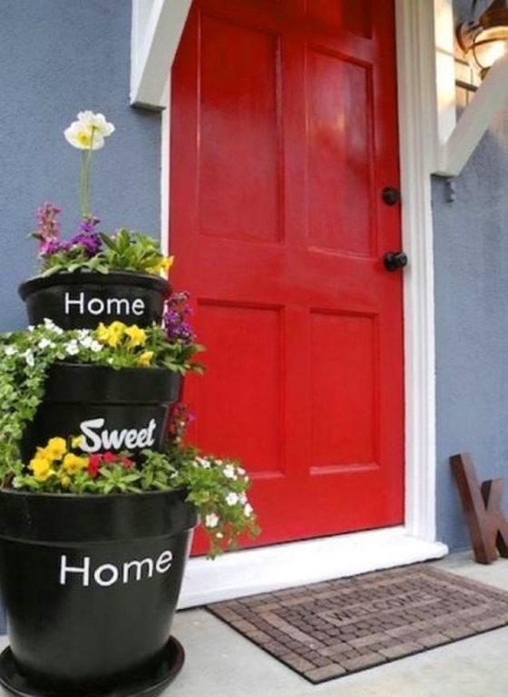 Kapınız evinizi yansıtsın  Bahçeli evler için renkli kapılar tercih sebebidir. Farklı renkler ile misafirlerinize sıcak bir merhaba deyin.