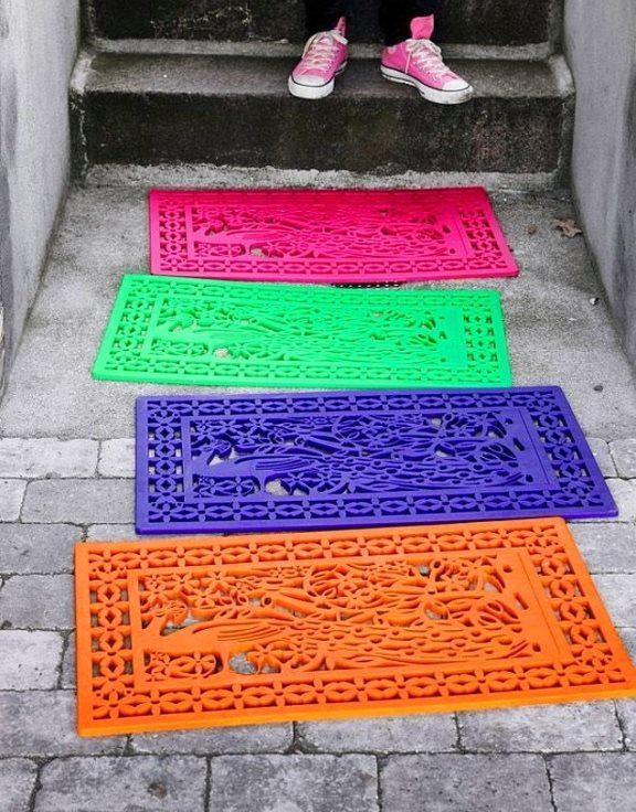 """Misafirperver paspaslar  Plastik paspaslarınızı sprey boya ile renklendirin. Eve girmeden önce enerjiniz artsın.  <a href=  http://foto.mahmure.com/yasam/kiyafetlerinizin-omrune-omur-katacak-25-yontem_39767 style=""""color:red; font:bold 11pt arial; text-decoration:none;""""  target=""""_blank""""> Kıyafetlerinizin Ömrüne Ömür Katacak 25 Yöntem"""