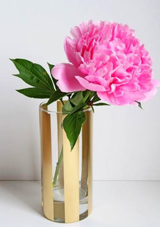 Altın çizgili, çarpıcı vazolar  Sade cam vazonuzu ister yatay ister dikey şekilde bantlayın. Boşluklara dilediğiniz renk sprey boyayı kullanın. Kurumasını bekleyin ve bantları çıkarın.