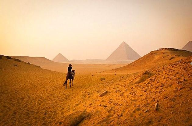 Keops Piramidi için Kahire'de çöllere düşersiniz.