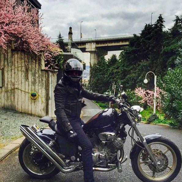 Emre Altuğ  Motora binmek icin daha iyi bi hava secilebilirdi ama uzay'imin okuluna gidip sinif arkadaslarina motorsiklet ve guvenlik ekipmanlariyla ilgili bilgi vericem👍😊#motorsiklet #guvenlisurus