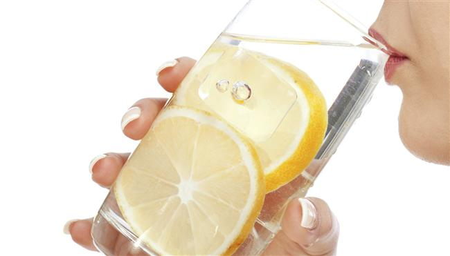 Boğaz İçin  Limon suyu boğaz için çok önemlidir. Limon suyu, anti-inflamatuar ve anti-bakteriyel özelliği ile boğazı temizler.