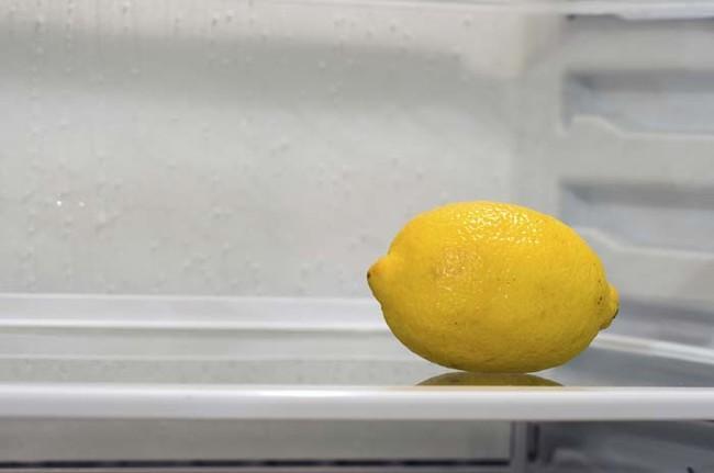 Buzdolabınızın Kokusu Tazeleyin  Bir pamuğun veya süngerin üzerine limon damlatın. Buzdolabında birkaç saat bekletin.