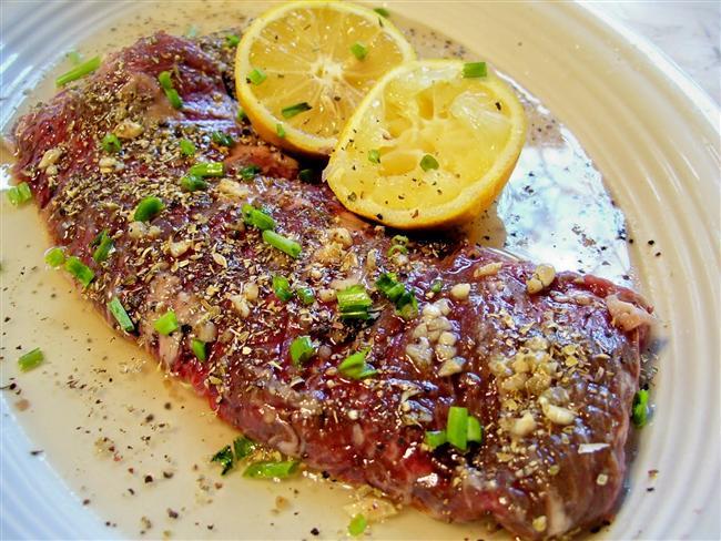 Etleri Marine Edin  Limon suyu asidi sebebiyle etin yağlarını parçalayacaktır. Bunun için eti pişirmeden önce limon suyu ve zeytinyağıyla marine edin. Etiniz daha yumuşak olacaktır.