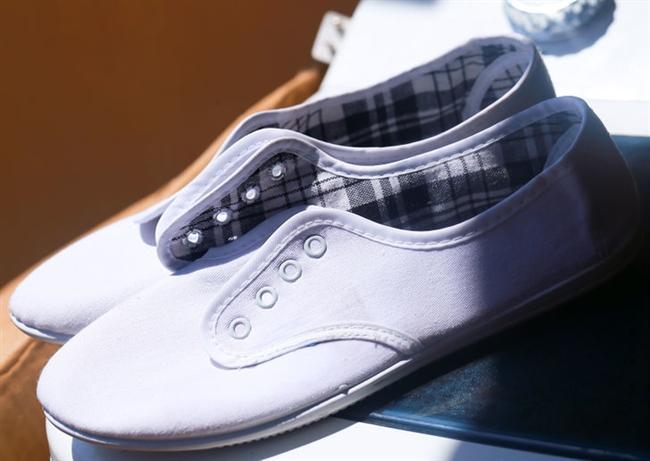Spor Ayakkabılarınızı Temizleyin  Beyaz spor ayakkabılarınıza limon suyu püskürtün ve güneşte kurumaya bırakın.. Ayakkabılarınızın bembeyaz olduğunu göreceksiniz.
