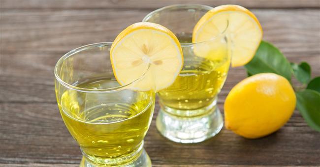 Kepeğe Son  Saçınızdaki kepekler içinde limonu kullanabilirsiniz. Zeytinyağı ve limon suyunu başınıza süğrün ve masaj yapın. Ardından durulayın. Kepek bitene kadar tekrarlayın.