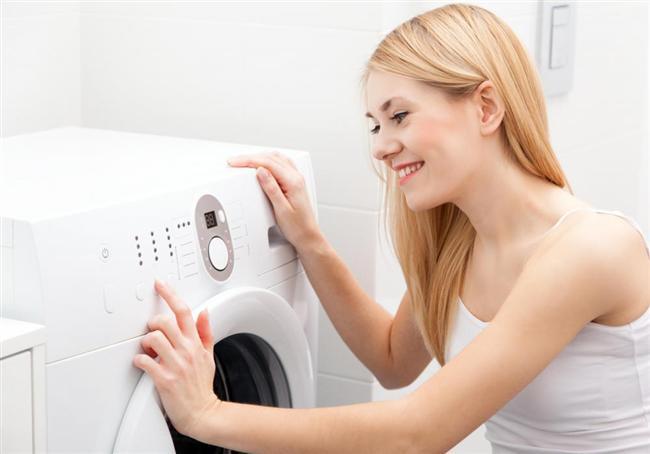 Çamaşırlarınız İçin  Beyaz Çamaşırlar  Sıcak suya limon suyu ekleyin ve beyaz çamaşırlarınızı ıslatın. Ardından durulayın ve çamaşırlarınızı makinede yıkayın. Çamaşır suyundan daha iyi beyazlattığını göreceksiniz.