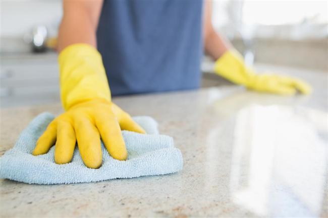 Temiz Mermerler İçin  Mermerden pas lekerinini çıkarmak için üzerine kabartma tozu serpin ve biraz limon suyu ekleyin. Lekenin çıkmasından sonra ıslak bezle temizleyin.