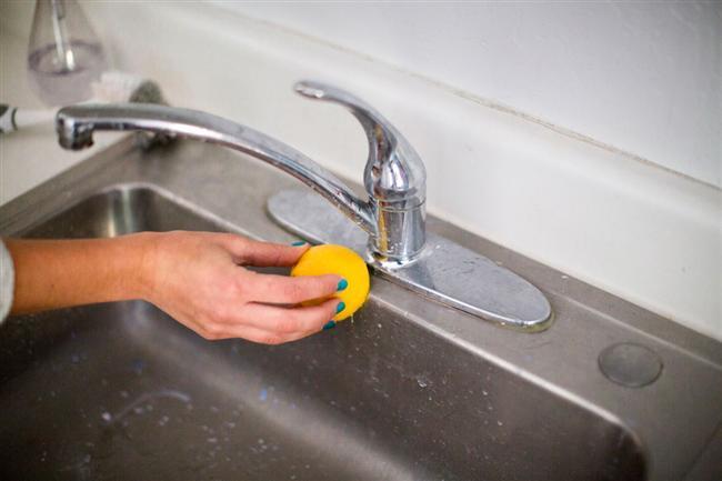 Musluklarda Oluşan Su Lekeleri  Sert sular, muslukların üzerinden leke yapar. Bir dilim limonu musluklarınız üzerine sürün. Ardından durulayın.