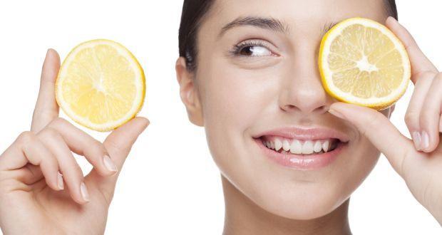 """Siyah Noktalarla Mücadele  Cildinizdeki siyah noktalardan kurtulmak için temiz cildinize noktaların üzerine limon suyu sürün. 10 dakika bekledikten sonra yüzünüzü durulayın. Günde iki kez yapabilirsiniz.  <a href=  http://saglik.mahmure.com/diyet-fitness/diyet-listesi/limon-diyeti_589200 style=""""color:red; font:bold 11pt arial; text-decoration:none;""""  target=""""_blank""""> Limon Diyeti"""