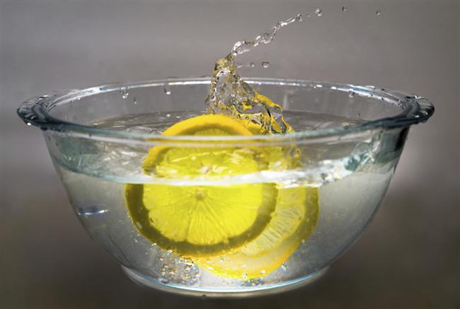 Temiz Tencereler İçin  Limon suyu asitli olduğu için harika bir temizlik malzemesidir. Limon suyu karıştırılmış suyla tencerelerinizi silerseniz ne kadar temiz olduğunu göreceksiniz.