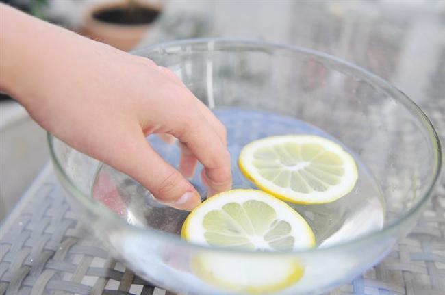 Tırnaklarınızı Güçlendirin  Zeytinyağıyla limon suyunu karıştırın ve tırnaklarınızı 10 dakika içinde bekletin.