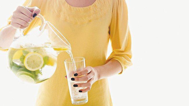 Sağlık İçin  Limon Suyuyla güne Başlayın  Limon suyu içmek, günlük C vitamini ve potasyum ihtiyazcınızı karşılayacaktır. Ayrıca sindirime yardımcı olacak ve bağışıklık sistemine de destek verecektir.