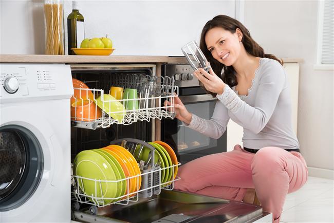 Yağdan Arındırırken  Yağlı tabak ve tencerelerinizi temizlemek için bulaşık deterjanının içine limon suyu da dökün. Yağların daha kolay temizlendiğini göreceksiniz.