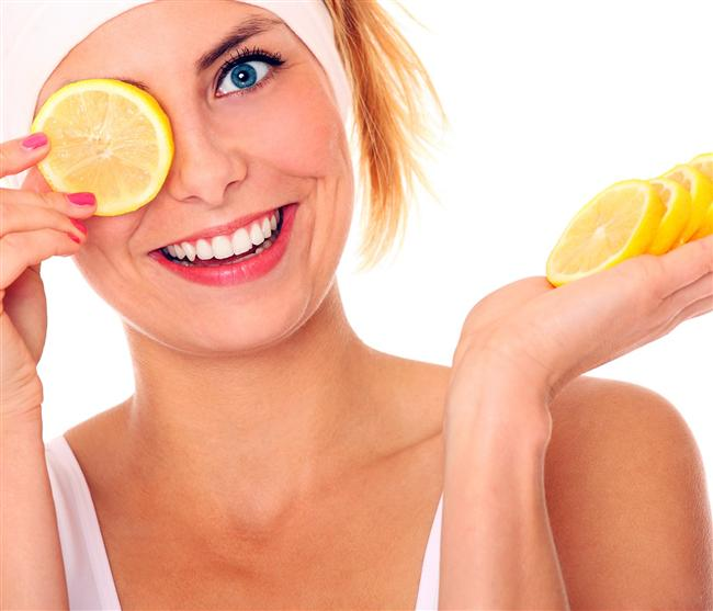 Güzellik İçin  Yaşlılık Lekeleri veya Çiller  Limon suyunu temiz ve kuru cildinize uygulayın. Bir pamukla çil veya lekelerinizin üzerine limon suyu sürün. 5 dakika bekleyin ve yıkayın. Bir süre sonra lekelerin geçmeye başladığını göreceksiniz.
