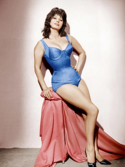 """Sophia Loren  1960'larda """"kadın ve güzellik"""" kelimelerinin bir arada kullanıldığı birçok cümlenin öznesi oydu. İtalyan kadını dendiği zaman çok uzun yıllar onun adını hatırladık biz. Fiziksel özellikleri kadar İtalyan İngilizcesiyle de sevdik onu. Hele o """"r""""leri üzerine basarak söylemesi...  Bebeksi değildi, bilakis sertti. Kusursuz değildi ama doğaldı. Bu yüzden de hangi yaşta olursa olsun etkisini koruyabilmiştir. """"Bana ilişkin gördüğünüz ne varsa, spagettiye borçluyum"""" diyecek kadar da İtalyan'dır, Akdeniz'dir."""