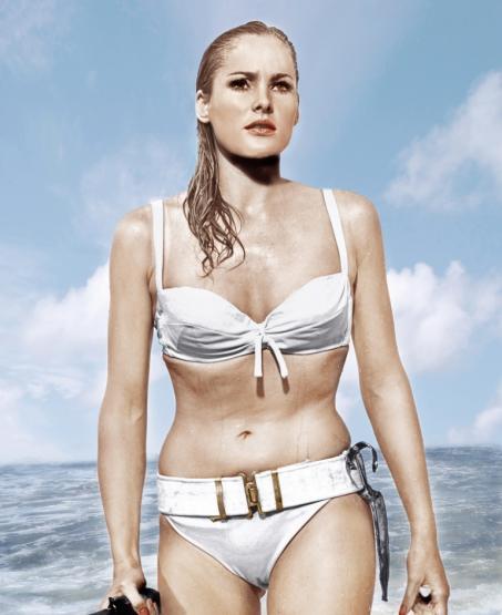 """Ursula Andress  1962 yılında, dünyada en fazla fotoğrafı çekilen kadındı o.  James Bond klasiği Dr. No filmindeki, beyaz bikinisiyle Karayip Denizi'nden kalipso söyleyerek çıkıp sahilde arz-ı endam ettiği sahne, hâlâ sinema tarihinin en seksi anlarından biri kabul edilir.  Hatta o bikini, filmden tam 40 sene sonra bir açık artırmada 70 bin dolara alıcı bulur.  Playboy'a neden çıplak poz verdiğini soran bir gazeteciye, """"Çok güzelim, tek sebebi bu"""" diyecek kadar da akıllıdır. Hem de fazlasıyla."""