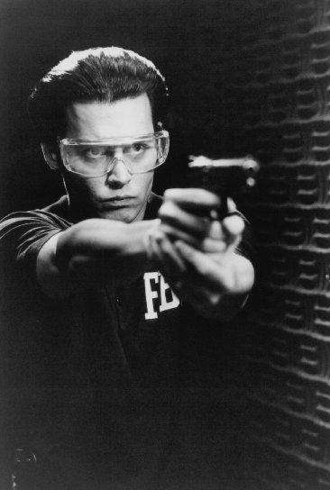 JOHNNY DEPP'İN İYİLERİ  Fear and Loathing in Las Vegas (1998) / Raoul Duke  Bir bilet al, yolculuğa katıl. Gonzo stili.  What's Eating Gilbert Grape (1993) / Gilbert Grape  Oscar adaylığını Leonardo DiCaprio kaptı ama Depp'in gardırobu daha iyiydi.  Dead Man (1995) / William Blake  Iggy Pop, İncil okuyan bir kürk tüccarını oynuyor, Jim Jarmush yönetiyor ve Depp iyi gününde. Sevmemek için bir sebebiniz olamaz.