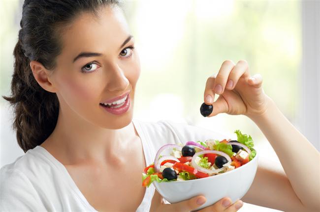 2. Öğle yemeğini atlamayın  Sık sık ve azar azar yemek kan şekeri düzeyini normal sınırlarda tutmak ve şekere saldırmamak  için çok önemli. Öğünler arasını çok açmak kan şekerini düşürdüğü için şekerli gıdalara yönelmeye neden oluyor. Özellikle atlanan öğle yemeği ikindi de tatlılara, çikolataya yönelmeye sebep oluyor. 2,5- 3 saatte bir şeyler atıştırmak kan şekerini dengeleyerek, şeker yeme isteğinin azalmasını sağlıyor.