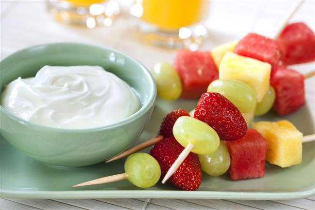 3. Meyveyi doğru tüketin  Meyvelerin suları yüksek oranda şeker içeriyor. Bu yüzden posalı olduğu için meyvenin kendisini tercih edin. Fakat ara öğünlerde özellikle meyveleri tek başına tüketmeyin, çünkü meyvenin içindeki şeker,  kan şekerinizin aniden yükselip  düşmesine neden olarak yine aç hissetmenize sebep oluyor. Bu yüzden protein kaynağı olan yoğurt veya süt ile ya da badem, fındık ile ceviz gibi yağlı tohumlarla birlikte tüketmeniz kan şekerinizin dengesini sağlamanıza yardımcı oluyor.
