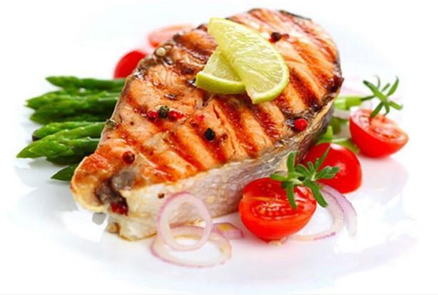 BALIK  Somon, uskumru ve sardalye gibi yağlı balıklar iyi bir D vitamini ve fosfor kaynağıdır. D vitamini ağız sağlığı, dişler ve kemikler için çok önemlidir. Vücudun kalsiyum emilimine, dişleri ve dişetlerini hastalıklardan korumaya yardımcı olur.