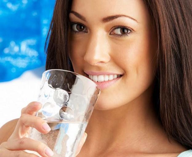 SU  Su, yemek kalıntılarını temizlemeye ve tükürük seviyesini yüksek tutmaya yarar. Tükürük ise dişteki bozulmalara karşı en iyi koruyucudur. Diş minesi asitlerine karşı savaşan protein ve mineralleri içerir. Asitli içeceklerin etkisini azaltır.