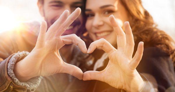 """İnternetten edindiğimiz verilere göre erkeklerin yüzde 76'sı bir ilişkide en çok """"Sevgiliyi kucağa yatırdıktan sonra onun kaba eti üzerinde PlayStation oynamayı"""" arzuluyor. Buna itiraz etmemekle birlikte, ilişkiler üstüne çok daha romantik, bir o kadar da işlevsel hedefleri derledik.   O zaman vakit kaybetmeden, bir ilişkide ulaşmanıza değecek hedeflere doğru yol alalım. Buyurunuz…"""