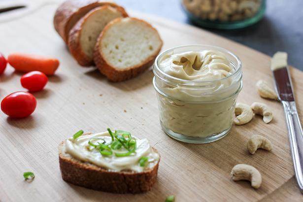 Kahvaltı  Bitki çayı, kabak ekmeği, kaju peyniri, domates ve mevsim yeşillikleri…  FERMENTE EDİLMİŞ KAJU PEYNİRİ   Malzemeler (4 kişilik):   * 200 g 8 saat ıslatılmış kaju  * 1 kapsül probiyotik  * 15 g besin mayası (nutritional yeast)  * 5 g Himalaya tuzu  * 15 g kırmızı soğan  * 10 g maydanoz  * 1 g karabiber   Hazırlanışı:  Islatılmış kajuyu mutfak robotunda pürüzsüz hale gelene kadar çekip, içine bir kapsül probiyotik dökün. Tekrar karıştırıp mayonez tenceresine alarak, üstüne ıslatılmış bez koyup oda sıcaklığında bir gün fermente olmasını sağlayın.  Ertesi gün içine çok ince doğranmış maydanoz ve kırmızı soğanı ekleyip baharatlar ile birlikte karıştırın. Zevkinize göre toz baharatlar ekleyip yapmış olduğunuz peyniri rulo haline getirerek streç filme sarın ve buzdolabına koyun. Ertesi gün dilimleyerek servise sunun.