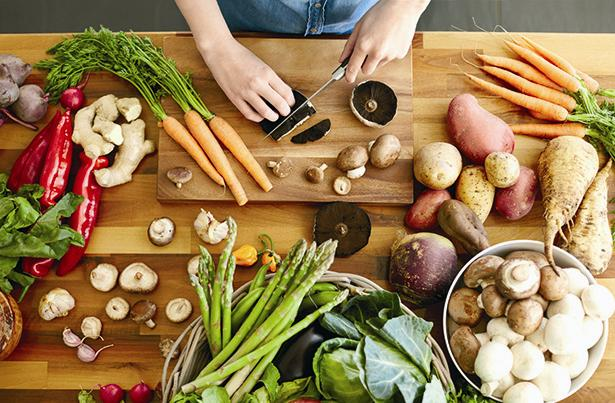 SEBZELER  Malzemeler:  * 350 g kabak * 100 g patlıcan * 150 g sarı dolmalık biber * 200 g kırmızı dolmalık biber * 100 g yeşil dolmalık biber * 250 g havuç * 80 g kiraz domates  Hazırlanışı:  Sebzeleri istediğiniz şekilde doğrayıp pesto sos ile karıştırın, tavada ızgara yapın. Domates sos ve baharatlı kaju peynirleri ile birlikte servis edin.