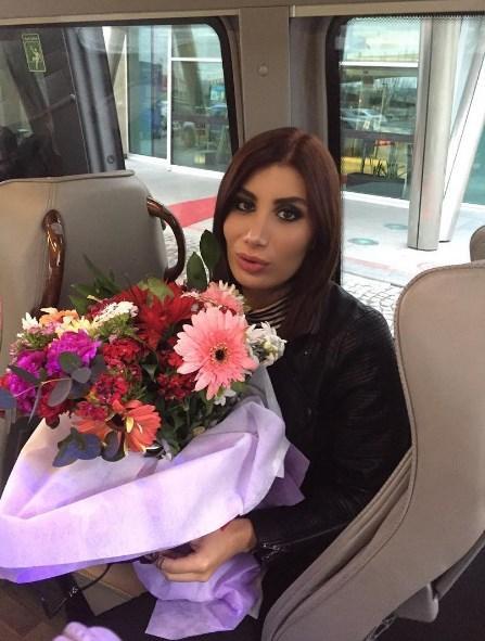 İrem Derici  Canım @burcinkoyuncuu getirmiş çiçekleri 💞 Ve açılmayı bekleyen bin tane hediye 🙊 Çok teşekkür ederim sıpalar 😌