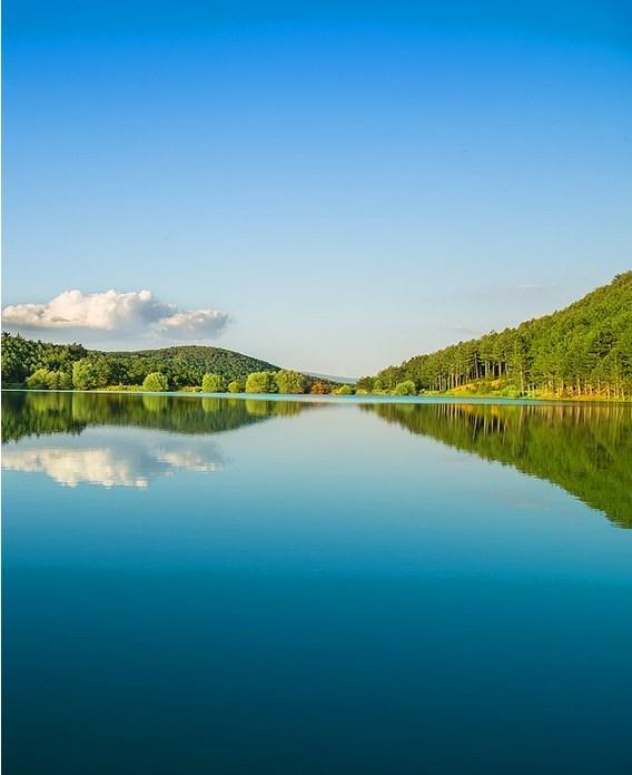 Baltalı | Uşak  Baltalı Gölü, Uşak Banaz ilçe sınırları içerisinde yer almaktadır. Göl etrafında piknik ve kamp yapılabilir. Göl suyunda sazan balığı tutulabilir. Baltalı Gölü yapay bir gölet olmasına karşın, doğal görünümü etrafını saran yemyeşil ormanlarıyla Abant ya da Yedigöller'den aşağı kalır yanı yoktur.