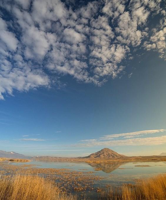 Karataş Gölü | Burdur   Karataş Gölü Burdur, Tefenni ovasında yer alan küçük ve sığ bir tatlı su gölüdür. Karamanlı ilçe sınırlarında ve 1190 hektar büyüklüğündedir. Uluslararası sulak alanlar listesinde bulunan göl, 1985 yılında yaban hayatı koruma alanı kabul edilmiştir. Gölün rakımı 1050 metre, en derin yeri 2 metredir.