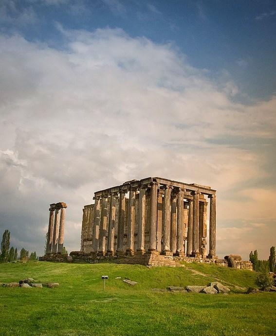Aizonai   Kütahya  Sanat tarihçileri tarafından ikinci Efes olarak görülen Aizonai Antik Kenti, Kütahya'nın Çavdarhisar ilçe sınırları içerisinde yer alan bir ören yeridir. Zeus Tapınağı'nın bulunduğu bu dünya harikası ören yeri maalesef hak ettiği ilgiyi göremeyen, ülkemizin pek bilinmez güzelliklerinden sadece bir diğeri.