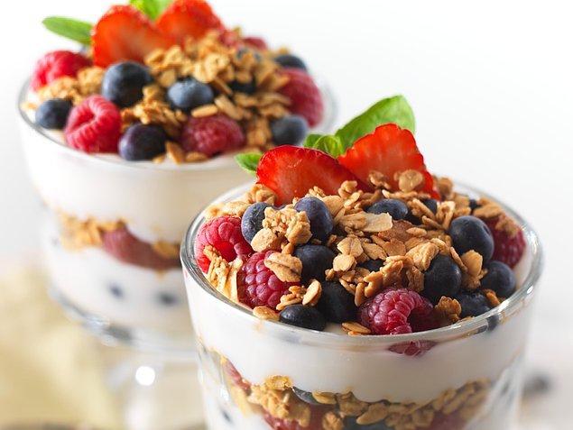 Yoğurt bu sırada en yakın arkadaşınız olacak!  Yoğurdu yemeklerin içine koyduğunuz kadar tatlılarla da tüketebilirsiniz. Mesela biraz yulaf ve taze meyveyle tatlı ihtiyacınızı karşılayabilirsiniz.