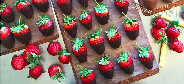 Size bir sürprizim var!  Evet çikolata! Bitter çikolata sağlığınız ve diyetiniz içi gerekli olanlardan. Süper dimi? Bitter çikolatayı dilediğiniz meyvelere batırarak yiyebilirsiniz. Özellikle kırmızı meyveler metabolizmanız açısından daha faydalı. Ama çikolatalı çilek dediğim için 1-2 kilo da yemeyin.