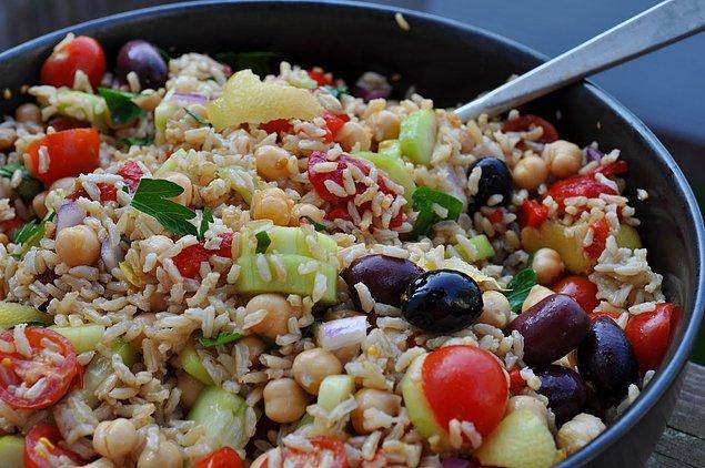 Pirinci pilav yerine salata yapsak?  Yaz da geliyor ne o öyle tereyağlı ağır pilavlar. Gelin bu sefer biraz kepekli pirinçle enfes doyurucu bir salata yapalım. İçinde bulundurduklarıyla yağ yaktığını da unutmayalım!