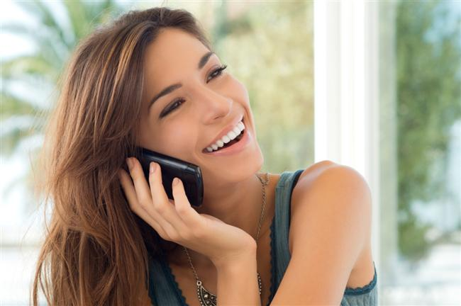 Akıllı telefonlarla birlikte, telefonlar yalnızca birini aramak ya da mesajlaşmak için kullanılmaktan çoktan çıktı! Telefon elimizde yürüyor, yolda, işte hatta yemekte bile sürekli telefonlarımızla meşgul oluyor ya da onları kontrol ediyoruz.  'Bağımlılığım korkulacak boyutta mı?' sorusunun cevabı için, galerimizdeki 10 maddeyi okumanızı tavsiye ederiz. Eğer bu 10 özelliğe de sahipseniz, kötü bir haberimiz var: Siz de telefonunuza bağımlısınız!