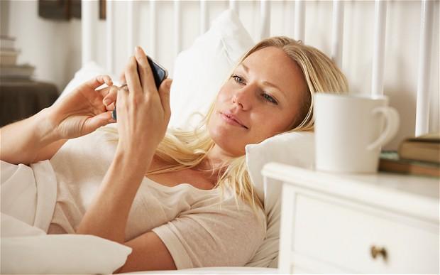 6. Sabah uyandığınızda ilk işiniz hala yataktayken telefonunuzu alıp günün ilk yarım saatini sosyal medyada geçirmek mi?   Eski sevgiliniz ya da gıcık olduğunuz kişileri stalk'lamayı ya da sosyal medya hesaplarınızı kontrol etmeyi uykuya tercih ediyor musunuz?